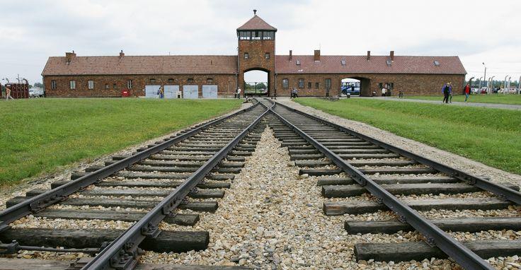 Η είσοδος στο διαβόητο στρατόπεδο θανάτου του Άουσβιτς-Μπίρκεναου στο οποίο λειτουργούσαν 4 θάλαμοι αερίων, όπου 6.000 άνθρωποι καταδικάζονταν σε θάνατο κάθε μέρα από το ναζιστικό καθεστώς.