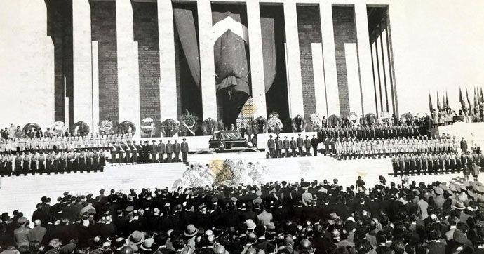 MUĞLA'nın Marmaris İlçesi'nde, belediye arşivindeki Büyük Önder Mustafa Kemal Atatürk'ün 15 yıl süre ile kaldığı geçici kabri Etnoğrafya Müzesi'nden Anıtkabir'e nakli sırasında çekilen fotoğraflar basınla paylaşıldı.