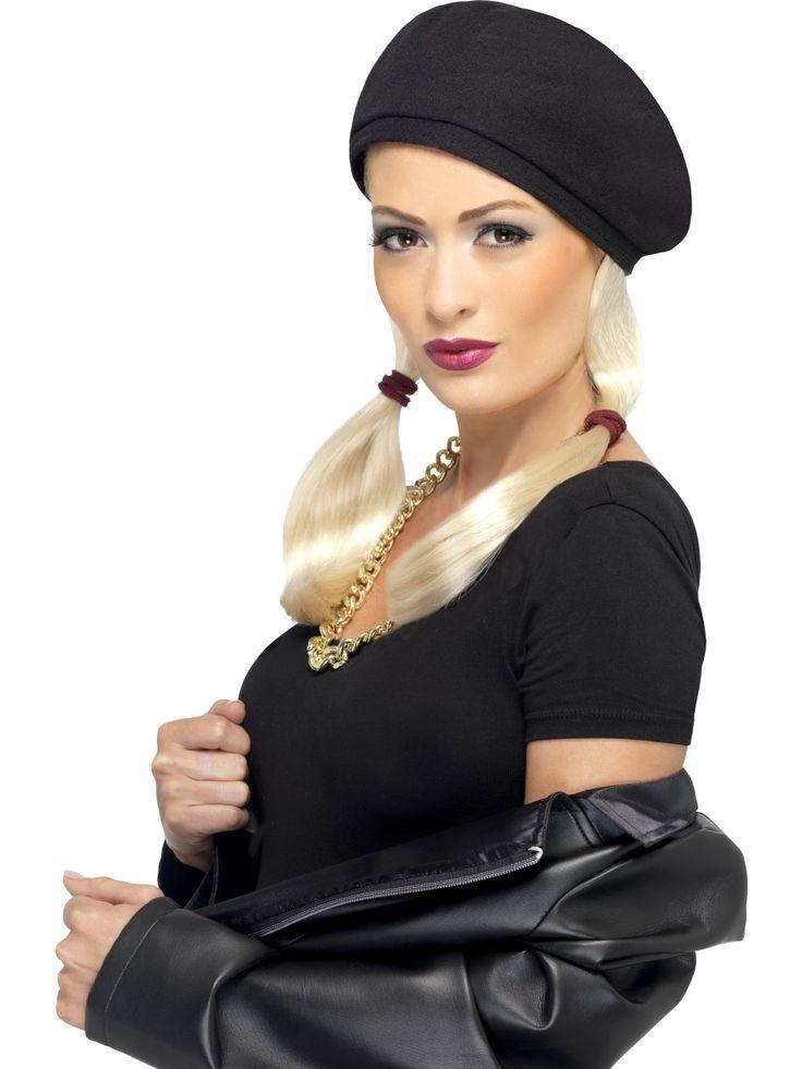 90-luvun saparoperuukki lätsällä. Peruukin hiukset on laitettu saparoille hiuslenkeillä ja settiin kuuluu myös vuosikymmenen tyyliä ilmentämään rento päähine.