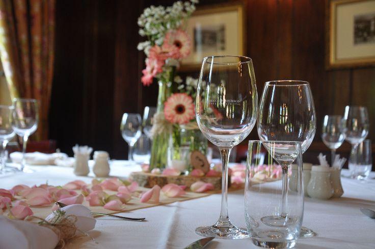 Stijlvol verzorgde diner aankleding tijdens een bruiloft is de mogelijkheid om je gasten te laten zienhoe jullie tot in de puntjes aan alle styling details gedacht hebben. Bekijk hieronder verschillende voorbeelden van dinerstylingendie we eerder hebben mogen verzorgen.  Denk aan mooi aangeklede dinerstoelen met stoelhoezen en/of linten, tafellopers, sfeerverlichting zoals kandelaars en waxinelichtjes, bloemen, …
