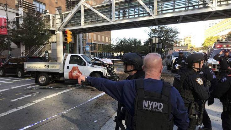 El terrorismo volvió a golpear Nueva York, a escasamente dos manzanas de la zona cero. Esta vez el ataque tomó la forma de un atropello masivo con una camioneta. Hasta ocho personas fallecieron, entre ellas cinco argentinos y un ciudadano belga. Los servicios de emergencia cifraban en una docena los heridos en el incidente en el bajo Manhattan. El alcalde de la ciudad, Bill de Blasio, lo calificó como un acto de pura cobardía y pidió a los vecinos que no se dejen intimidar.