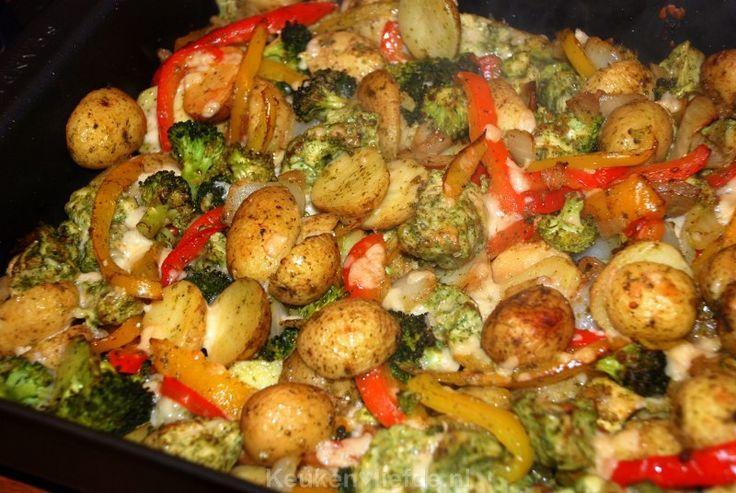 375 gram voorgekookte krieltjes met schil, 324 gram rauwe groenten – broccoliroosjes, ui en rode en gele paprika, 30 gram pestosaus en een zakje Parmezaansnippers) 2 grote scharrelkipfilets, in middelgrote blokjes gesneden Bereiding Verwarm de oven 200 graden. Gooi alle ingrediënten uit de zakken, samen met de kip in de braadslee en meng goed door elkaar. Dek de schotel af met aluminiumfolie en bak de ovenschotel 30-40 minuten, of totdat alles gaar is. De laatste 10 minuten van de oventijd…