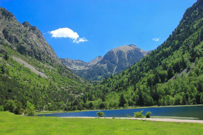 El Parque Nacional Aigüestortes i Estany de Sant Maurici cuenta con más de 200 lagos y estanques junto a riscos, valles, cascadas y sierras. Se ubica en Lleida, entre las comarcas de la Alta Ribagorça, Pallars Sobirà, Val d'Aran y Pallars Jussà. Se accede a través de Boí y Espot. Precioso.
