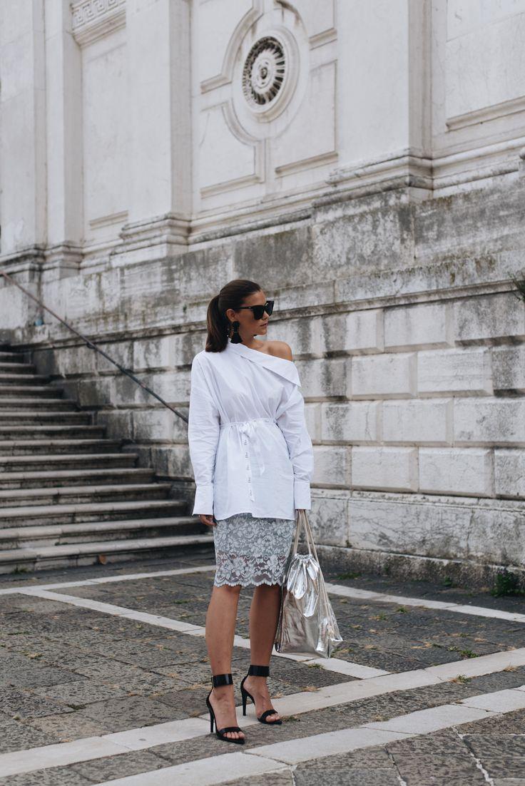 Fashionbloggerin Nina Schwichtenberg von fashiioncarpet trägt eine Off Shoulder Bluse, einen hellblauen Spitzenrock von Ganni, einen silbernen Turnbeutel und eine MCM Sonnenbrille. Mehr auf www.fashiioncarpet.com