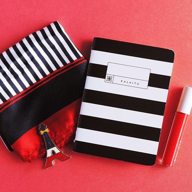 Some said Paris is the city of love. We can't help but let our mind slip away with this thought while writing little notes of the thousands romantic Paris encounters we dreamt of.  Spotted: Kalaitu Stripes #pocketnotebook #parislove