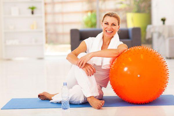 Fitness a costo zero? Se avete un letto, un armadio, una sedia, delle bottigliette piene d'acqua ed uno specchio, il gioco è fatto.http://www.sfilate.it/214630/fitness-costo-zero-economico-e-glamour-casa