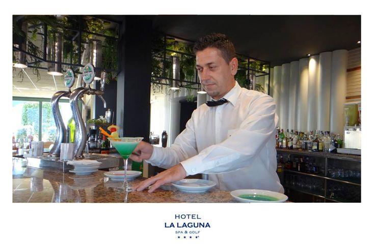 ¿Te apetece un cocktails de alta calidad en un sitio clásico y elegante? El Bar del Hotel La Laguna Spa & Golf es una muy buena opción. Si eres un indeciso y quieres probar un cóctel distinto a lo habitual, no te preocupes, tenemos una larga y premium carta de cócteles, vinos, cavas, cervezas y licores, riquísimos!.