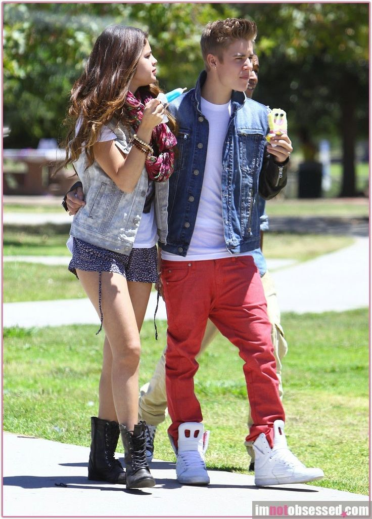 9237488 Semi-Exclusive: Justin Bieber and girlfriend Selena Gomez stopping by Bronco Burrito for lunch with a friend before heading to Lake Balboa to enjoy a walk around the lake while eating ice cream in Van Nuys, California on June 30, 2012. FameFlynet, Inc - Beverly Hills, CA, USA - +1 (818) 307-4813