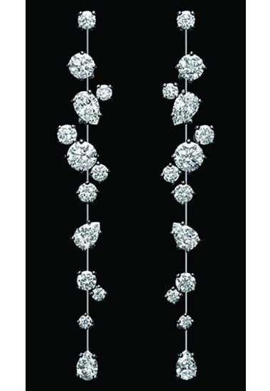 Boucles d'oreilles Nightlife, 26 diamants taille poire et brillant, 6.98 carats. Monture platine, Harry Winston.