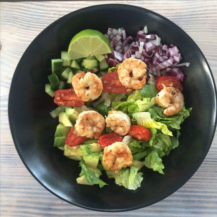 Salat with chili/garlic marinated big shrimps Healthy dinner