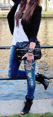 Couro... jeans rasgado...várias pulseiras... crucifixo no pescoço, look descolado... Não precisa nem ouvir rock para gostar desse look!