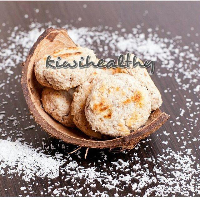 Обещанное простое печенье из двух ингредиентов! Вкусно, сочно и сладко))  Кокосовое печенье  80 г кокосовой стружки  250 г воды  110 г банана    Стружку замочить в кипятке (250 г), накрыть крышкой, оставить на 30 минут. Отжать. Теперь у вас есть кокосовое молоко, как и писала вчера, его можно использовать для приготовления каши, пудингов, крема и т.д.. Стружку смешать с бананом (размять в пюре). Сформовать печенье и выпекать на 180 гр. 12-15 минут. #пп #правильноепитание #зож…