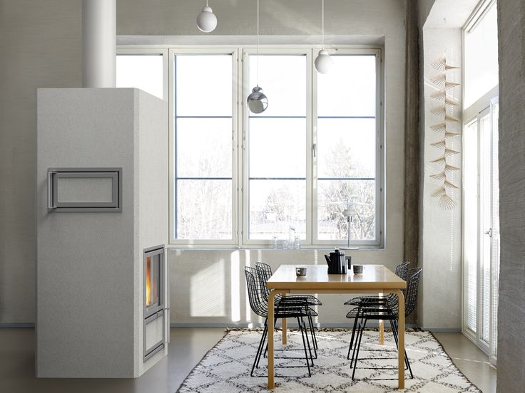 Jalanti heat-retaining fireplace with bakeoven in plastered white color. Bakeoven can be placed on either side of the fireplace. www.tulikivi.fi