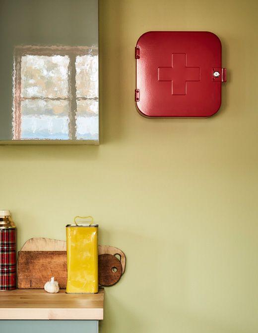 Tiroir de cuisine ouvert pour montrer le matériel de premiers soins à l'intérieur.