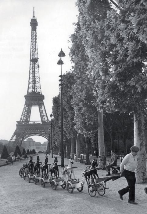 Love the horses rolling by. Paris in the 40's & 50's by Robert Doisneau.