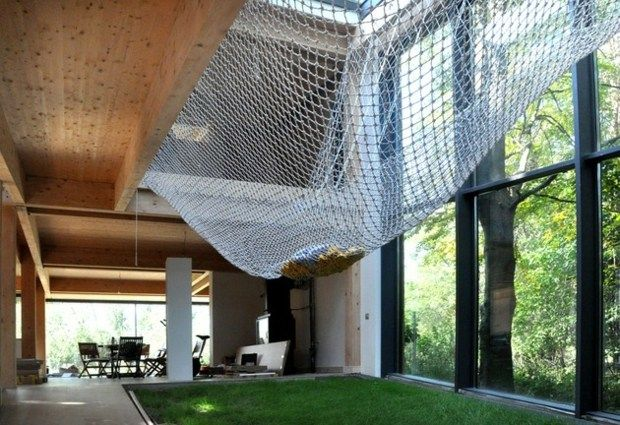 cour intérieur avec pelouse et filet de pêche