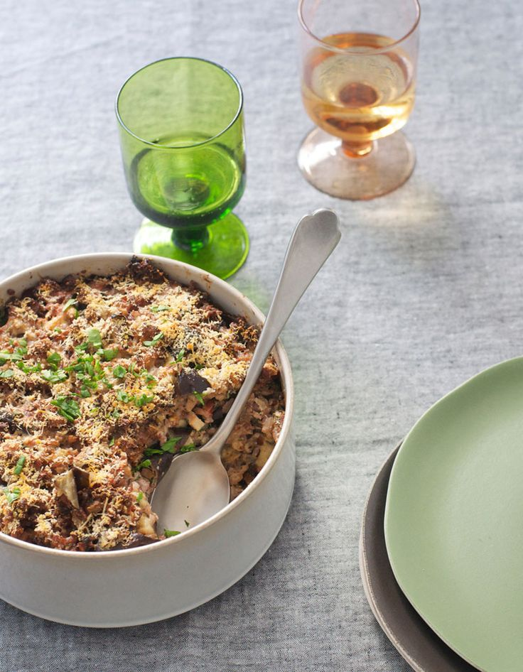 Recette Gratin de riz complet aux aubergines : Faites cuire le riz dans une grande quantité d'eau salée puis égouttez-le.Préchauffez le four à 180 °C (th. 6).Rincez les aubergines et coupez-les en deux dans le sens de la longueur. Badigeonnez la chair d'huile d'olive, salez et poivrez. P...