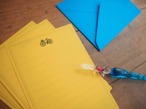 自転車をモチーフにしたレターセットです。自転車はレトロなロードバイク。お気に入りの乗り物で出かけた時の、スカッと感をイメージしました。【内容】便箋10枚  A6封筒3枚  11cm × 15.5cm(洋2封筒より少しだけ小さいサイズです)宛名シール 3枚【製品について】●一点一点手作りで作っております。色やサイズに多少の個体差が出てしまう場合がございます。 ●ご利用の機器によりご購入いただいたものと掲載商品の色味が違ってしまう場合がございます。●ラッピングは無料で致します。複数購入される場合は、個別ラッピングまたはまとめてのラッピングか、購入時ご希望を備考コメント欄にご記載ください。●領収書が要り用な場合は、購入時、備考コメント欄にご記載ください。
