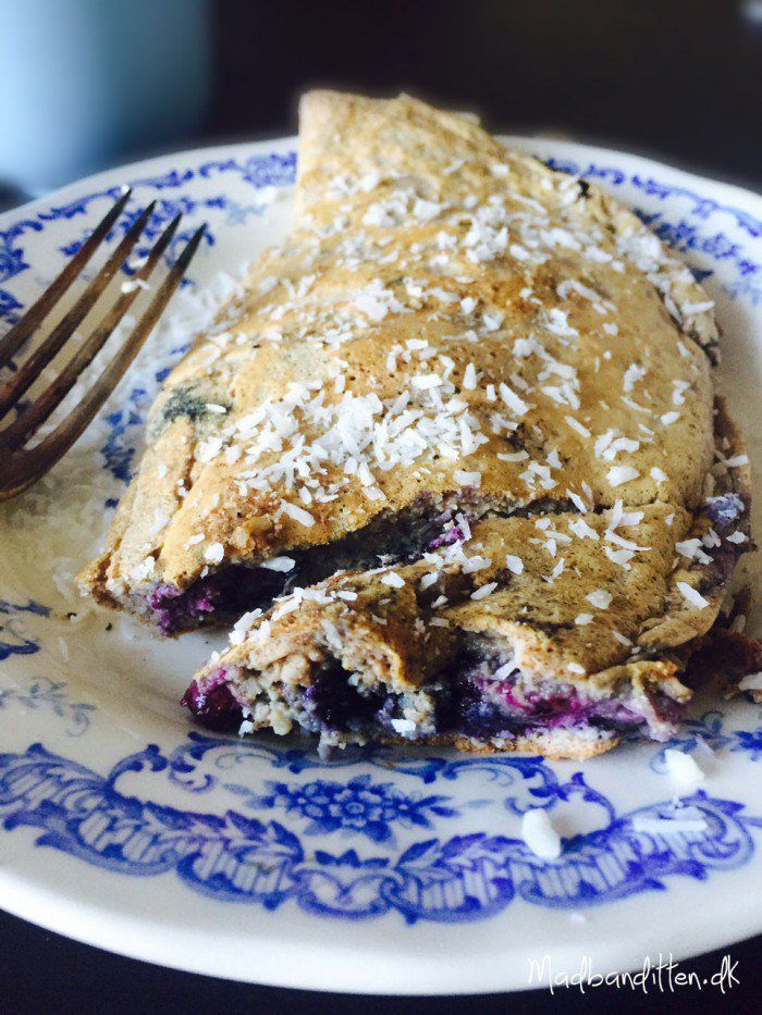 Sweet omelette with blueberries and coconut.  A nice and different way to eat eggs in the morning.  Without sugar, gluten and dairy products.  -> Madbanditten.dk