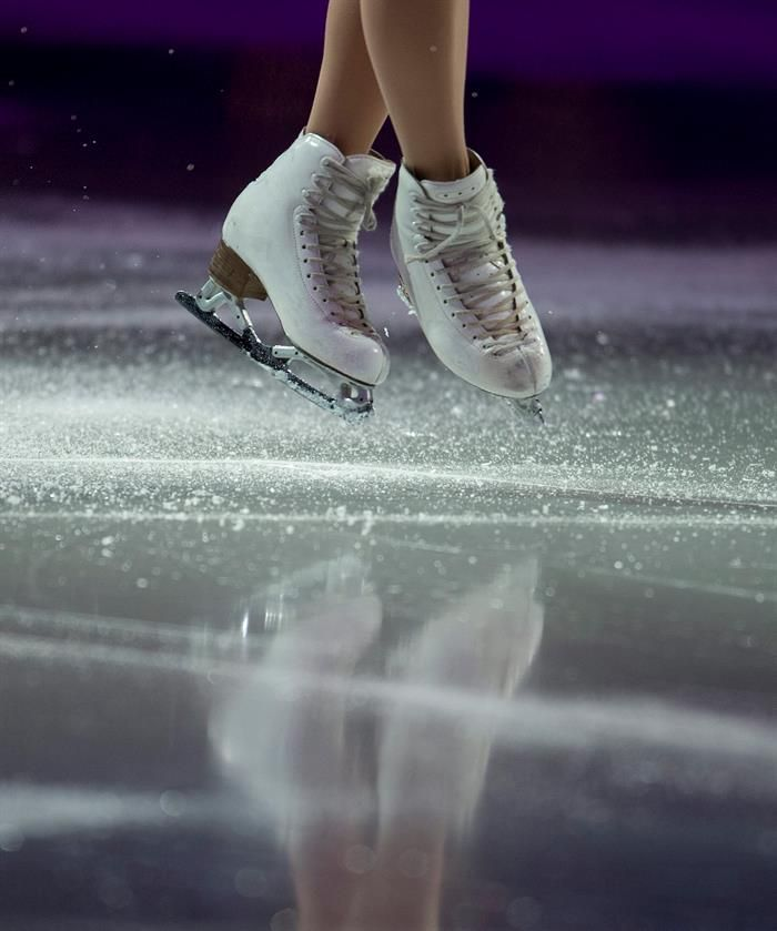 Ice flies away from the skates of Mao Asada of Japan as she performs during the exhibition of the athletes in the 2016 ISU World Figure Skating Championships at the TD Garden in Boston, Massachusetts, USA 03 April 2016. (Japón, Estados Unidos) EFE/EPA/CJ GUNTHER (700×839)