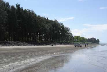 Akshi Beach is very close to Alibaug and Nagaon beach and one of the favorite tourist destination. Find all tourist information about Akshi Beach Alibaug and plan your trip.
