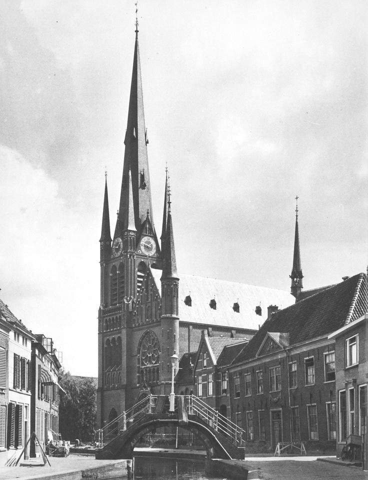 Rijnstraat met de Bonaventura kerk, in die kerk ben ik gedoopt, en tegenover deze kerk woonde ik als baby/peuter