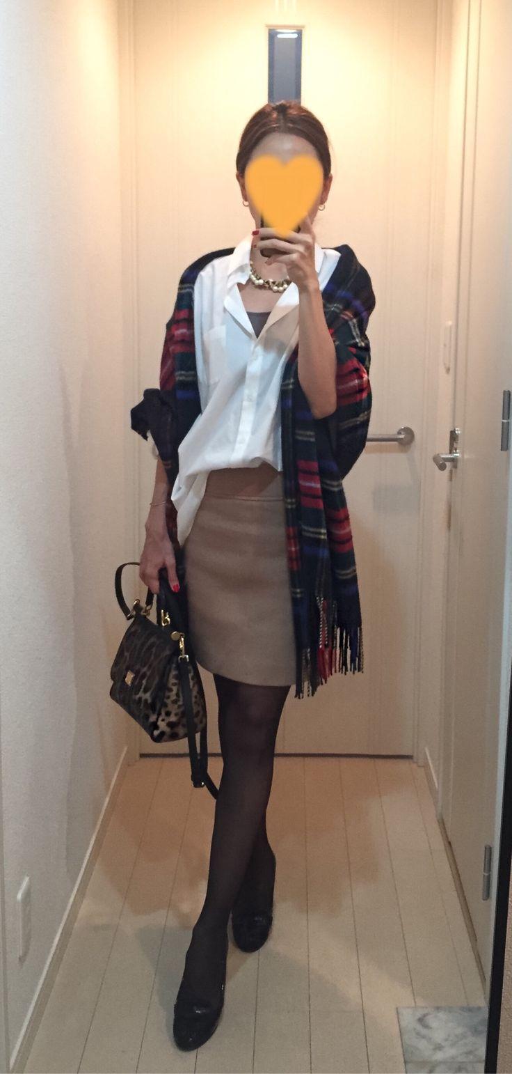 Big shirt: Sisley, Beige skirt: Estnation, Scarf: Johnstons, Bag: Dolce&Gabbana, Pumps: Kanematsu