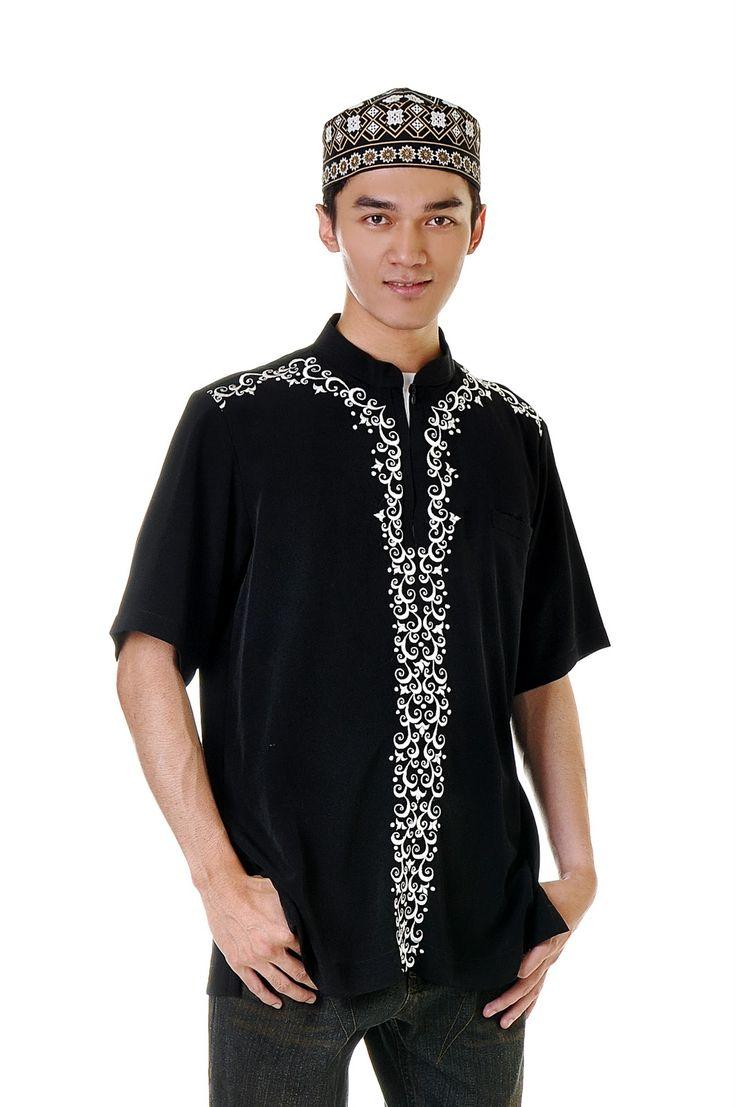 photo pria dewasa memakai baju muslim