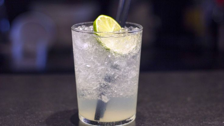 Caipiroska cocktail, ricetta IBA con lime, vodka e zucchero.