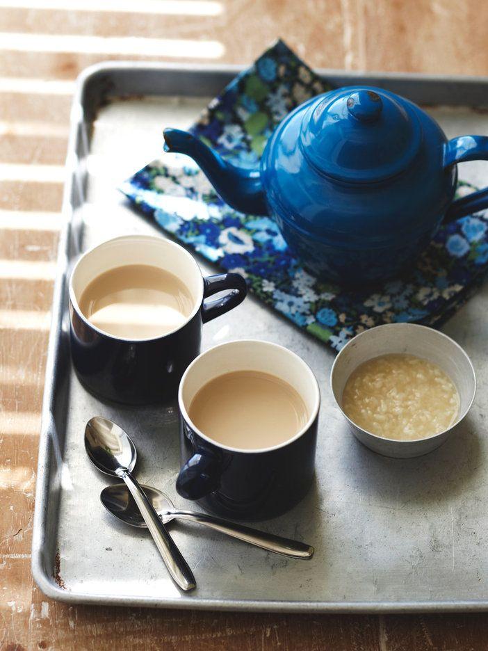 植物性たんぱく質がたっぷりの豆乳は、こっくりした甘酒の味わいと相性が抜群。ほっこりとミルクティー風に。|『ELLE a table』はおしゃれで簡単なレシピが満載!