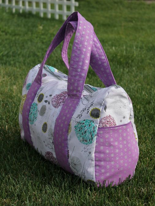 Overnight Free Bag Pattern - How to make a bag for the gym or an overnight stay that is easy to make. The cutest bag DIY we have seen in a while!