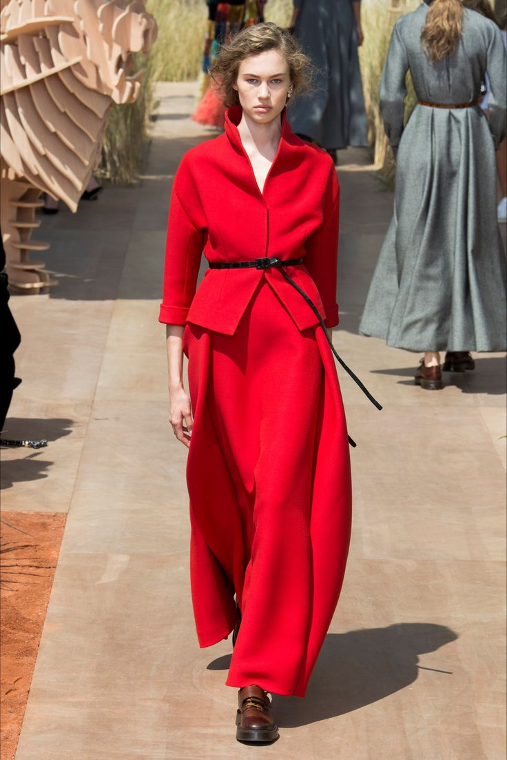 Guarda la sfilata di moda Christian Dior a Parigi e scopri la collezione di abiti e accessori per la stagione Alta Moda Autunno-Inverno 2017-18.