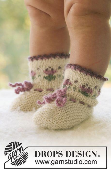 DROPS kofta med ok, hätta och sockor med blomsterbård i Alpaca. Gratis stickmönster från DROPS Design.