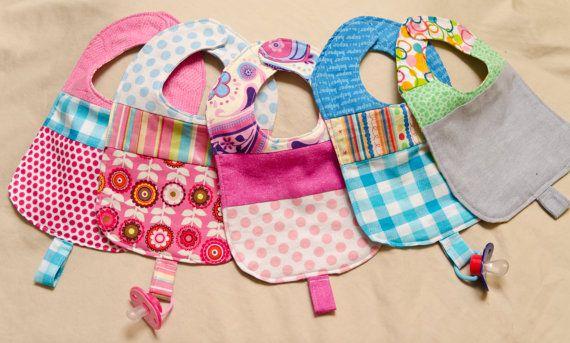 Bebé baberos de patchwork con lazo de chupete por MommyCanSewCanada,