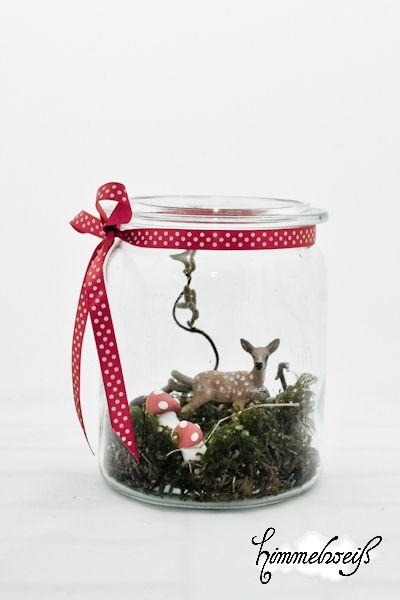 Echtes altes Einmachglas aus Großmutters Zeiten mit süßem Rehkitz auf Moosboden mit roten Fliegenpilzen. Hübscher Tischschmuck und ein Hingucker in de