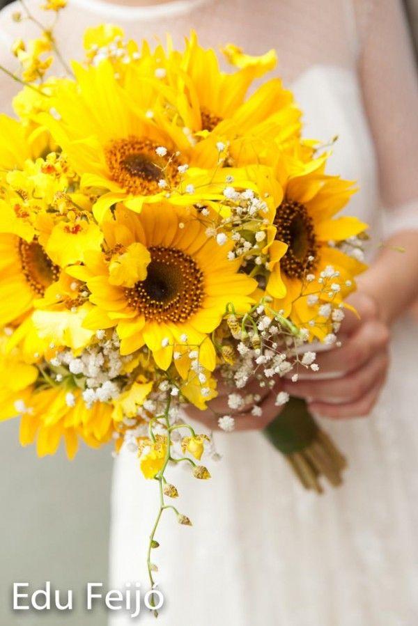 Nunca pensei que ficaria tão bonito! Por ser uma flor maior, muitas pessoas tem receio de usar o girassol no buquê ou nas decorações. Mas usado da forma certa, fica até delicado. Mas não combina co…