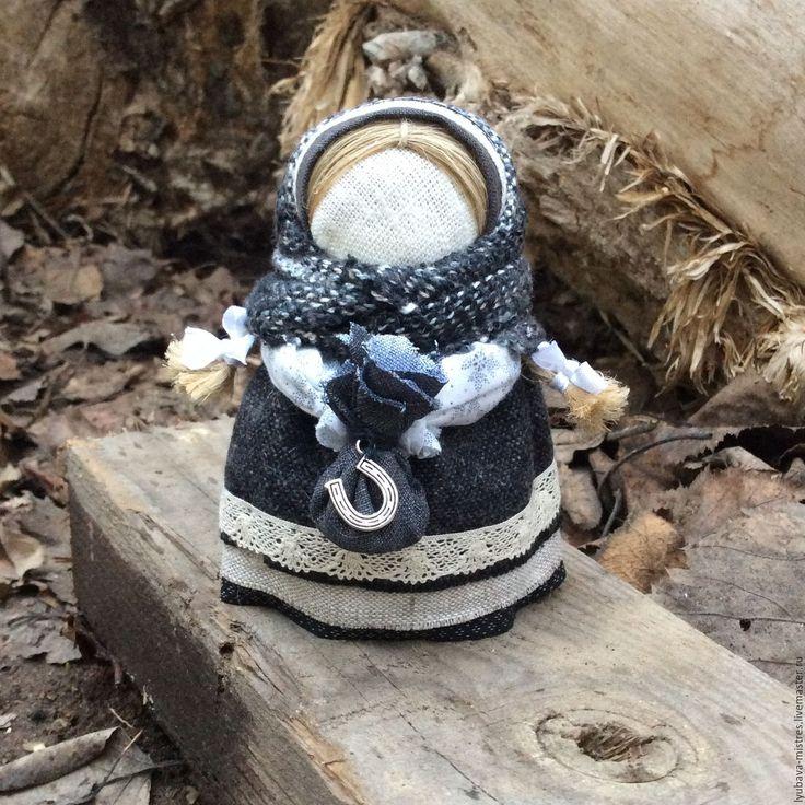 Купить или заказать Кукла-оберег Подорожница в интернет-магазине на Ярмарке Мастеров. Обереговая кукла «Подорожница» - рукотворный ангел-хранитель тела и души для тех, кто в пути. В руках у маленькой путницы котомка-узелок. В неё помещали щепотку родной земли или золы из отчего дома, монетку, зерно или горошину (чтобы путник был сыт) и ниточку (чтобы путник нашел дорогу домой) - кому чего недоставало. Во время всего путешествия куклу можно держать в руке, если это возможно, …