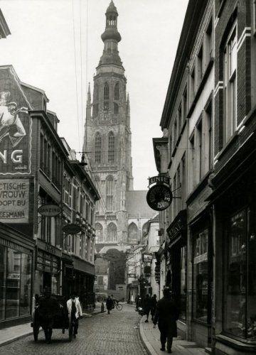 Houten handkar in de Karrestraat in Breda. [1931]. Achtergrond: Grote of Onze Lieve Vrouwe Kerk.