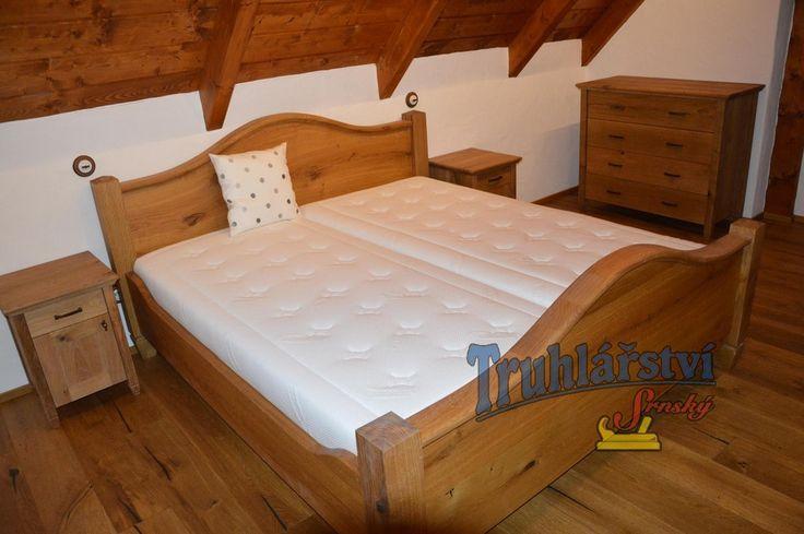 Manželská postel s obloukovým čelem, noční stolky a komoda, dubové dřevo. Drásaná, chemicky zbarvená, nátěr olejem.