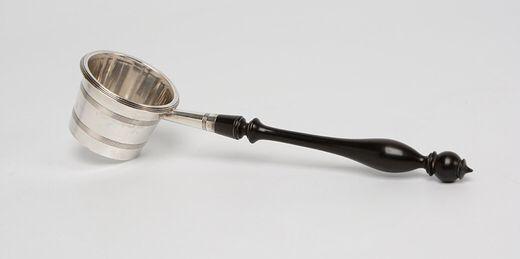 Zilveren theezeef met geribde banden en ebbenhouten steel - gemerkt met gekroonde O, herkeuringsteken van 1807