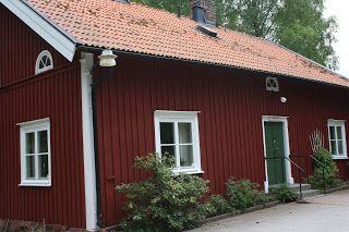 Huset är målat med Falu Vapen slamfärg och dörren med Demidekk Ultimate fönsterfärg
