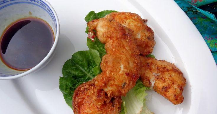 Ingrediënten voor 4 personen:   3 kipfilets, in vieren   2 eiwitten, losgeklopt   2 eetlepels fijn rijstmeel   2 rode chilipepers, fij...