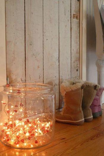 クリスマスにつかうライトを普段使いに取り入れて。 ガラスボトルの中に無造作に入れて間接照明に。
