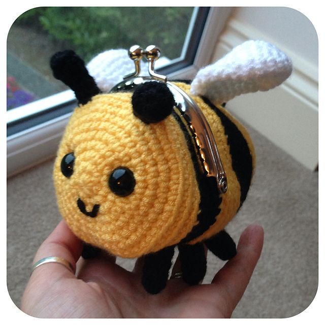 Ravelry: Bee Coin Purse pattern by Laura Sutcliffe $2.35