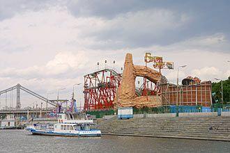 Het Gorki Park langs de oevers van de Moskva is in 1928 aangelegd. Elke dag is er kermis. Het reuzenrad biedt een fantastisch uitzicht over het park.