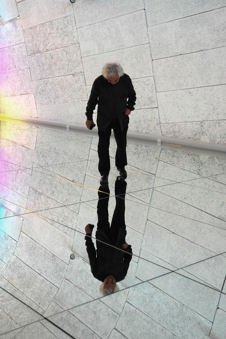 """Daniel Buren face à son oeuvre, réalisée in situ, sur le toit-terrasse de la Cité Radieuse au MaMo — Marseille Modulor — pour son expo """"Défini, Fini, Infini"""""""