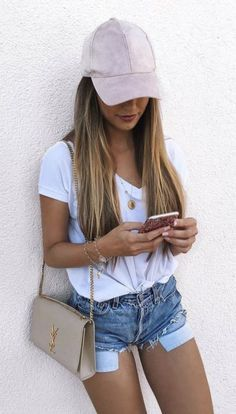 Looks con gorra rosa shorts blusa blanca bolso YSL iphone street style