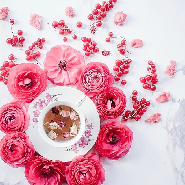 More pink ranunculus with rose tea, berries and candied rose petals. I hope everyone has had a wonderful Friday. 🌸🌸🌸