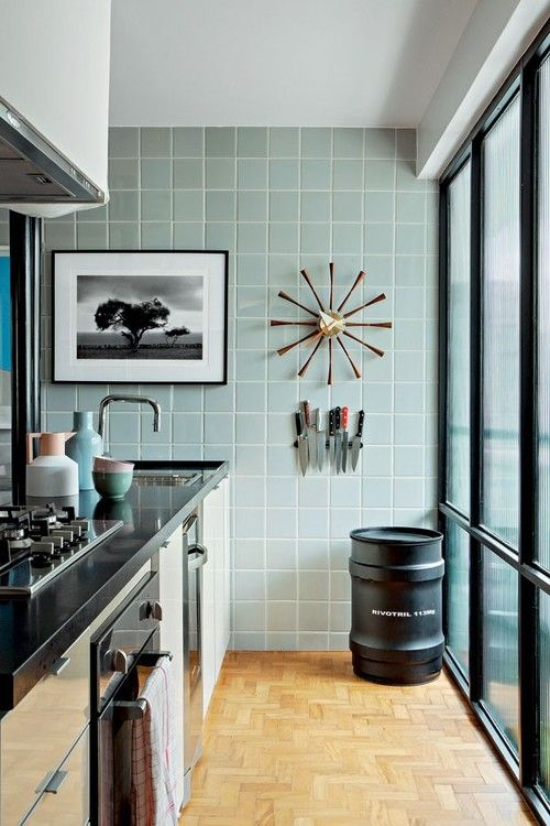 Retro keuken met blauwe tegeltjes en strookjesparket