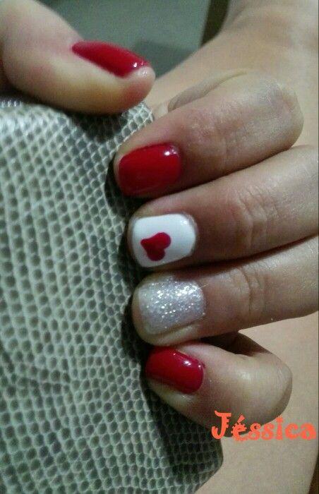 Uñas rojas con corazón y purpurina